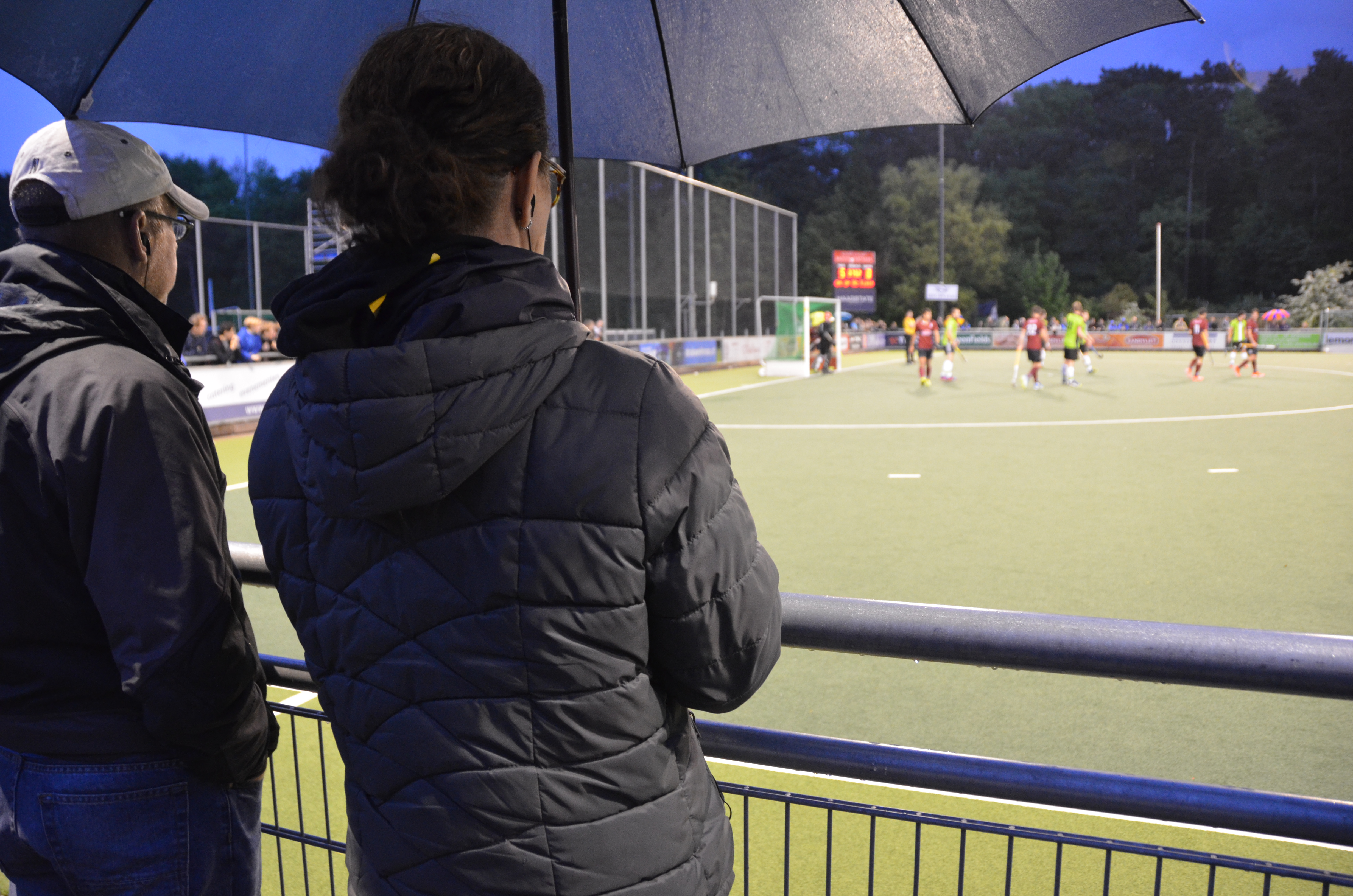 fieldhockey-umpires-and-accessors-using-axiwi-during-royal-dutch-hockey-federation-seminar-field